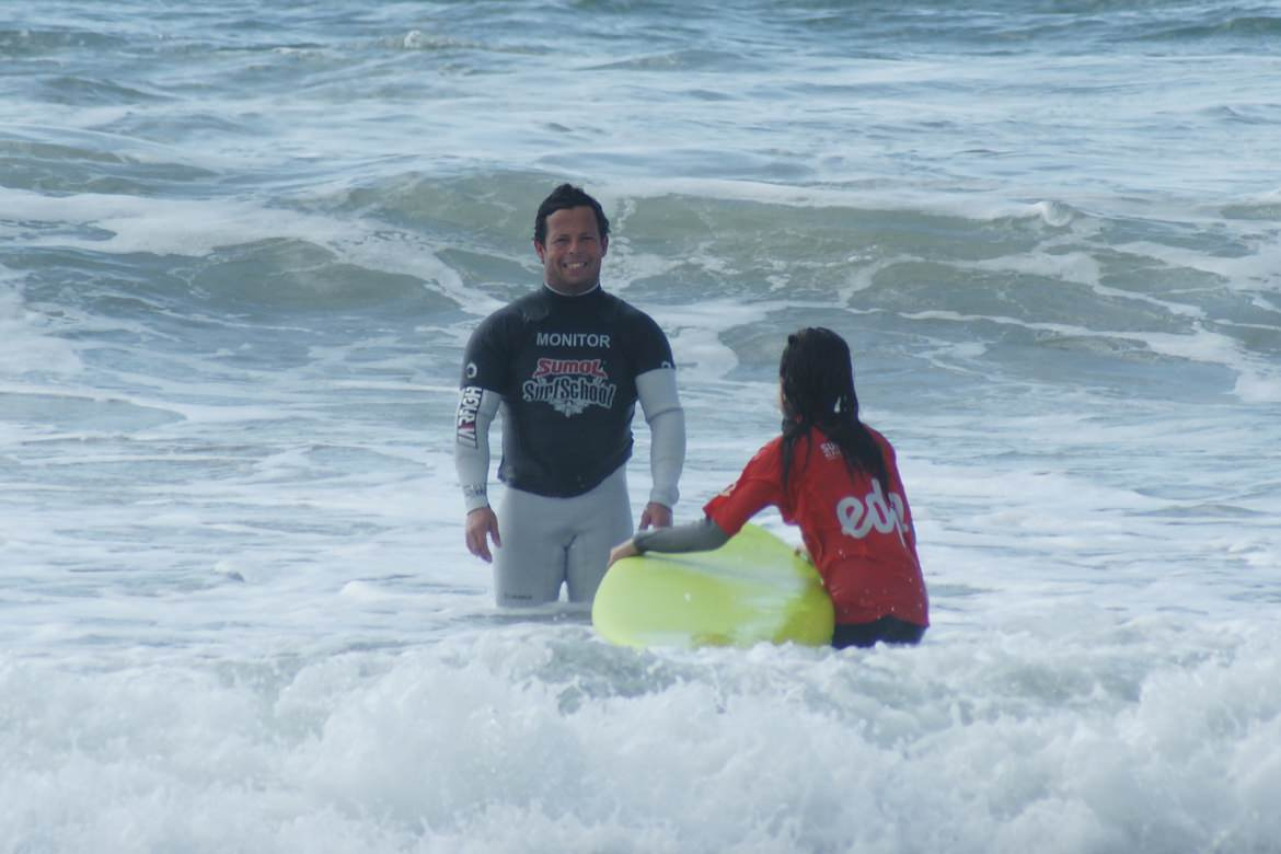 SURF ACADEMIA's Goncalo gives instructions